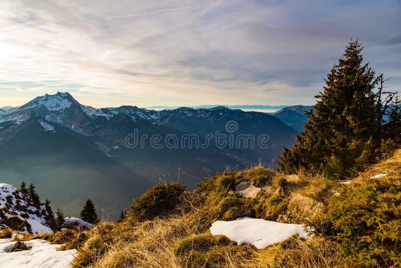 Заход солнца осени над травянистой стороной горы стоковое изображение rf