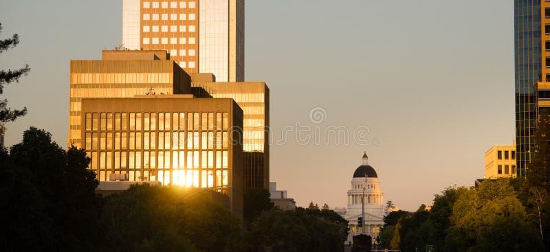 Заход солнца отражает с крышки Сакраменто Калифорнии зданий городской стоковое фото
