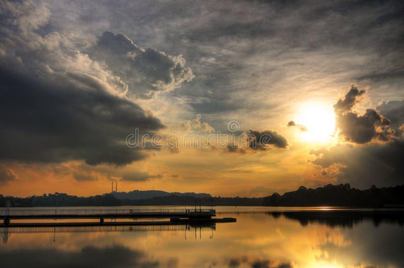 Заход солнца отраженный в неподвижном резервуаре стоковые фото