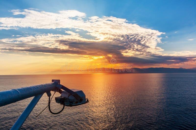 Download Заход солнца от корабля стоковое изображение. изображение насчитывающей круиз - 40587375