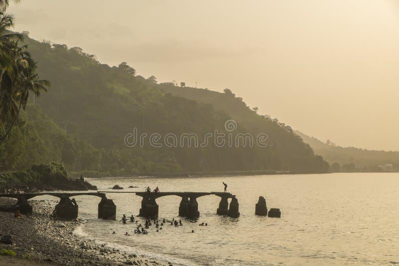 Заход солнца от сельского побережья острова Sao Tome стоковое фото