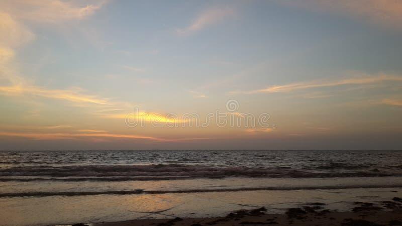 Заход солнца очень красивый на пляже стоковое фото rf