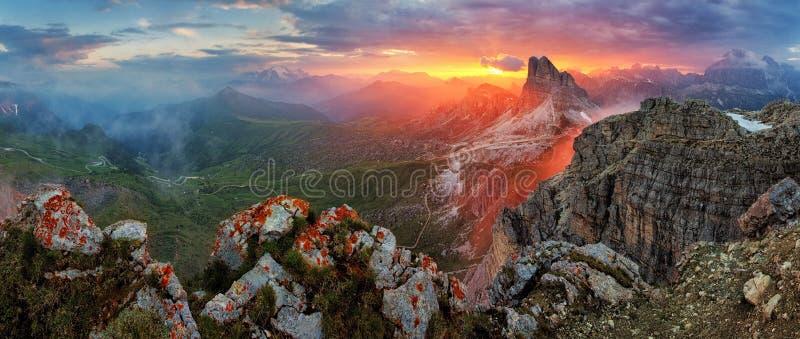 Заход солнца панорамы драматический в горе горной вершины доломитов от пикового Nuv стоковые фото