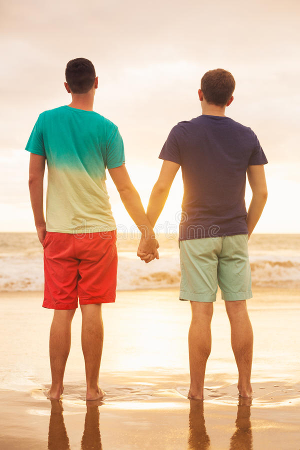 Заход солнца пар гомосексуалиста наблюдая стоковое фото rf