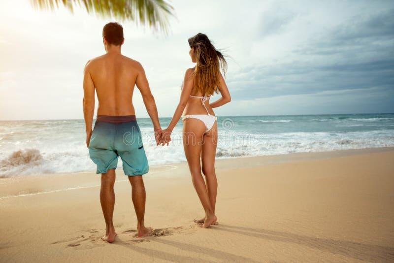 заход солнца пар пляжа романтичный стоковые фотографии rf
