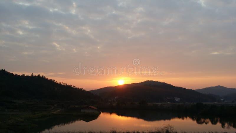 Заход солнца перед двором стоковое изображение