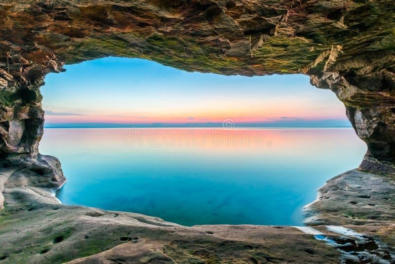Заход солнца пещеры моря стоковые фото