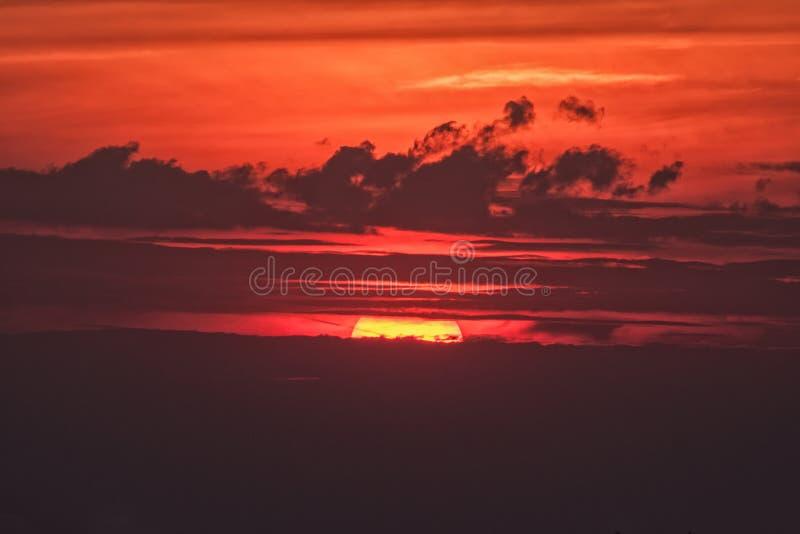 Заход солнца после горячего летнего дня стоковые фото