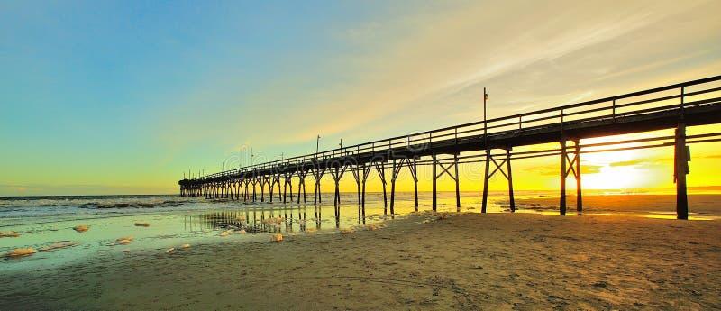 Заход солнца пристани пляжа стоковая фотография