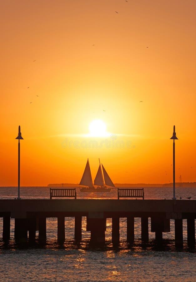 Заход солнца, пристань, море, парусник, стенды, Key West, ключи, Cayo Hueso, Monroe County, остров, Флорида стоковое фото rf