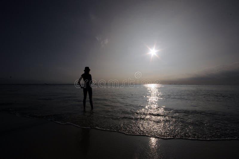 Заход солнца пляжа женщины стоковое фото rf