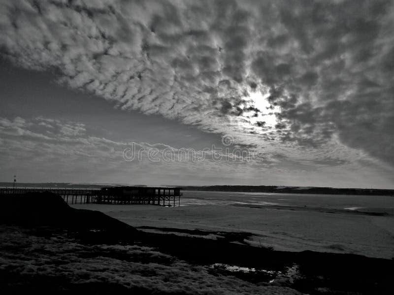 Заход солнца пляжа неба пристани моста реки стоковые изображения rf