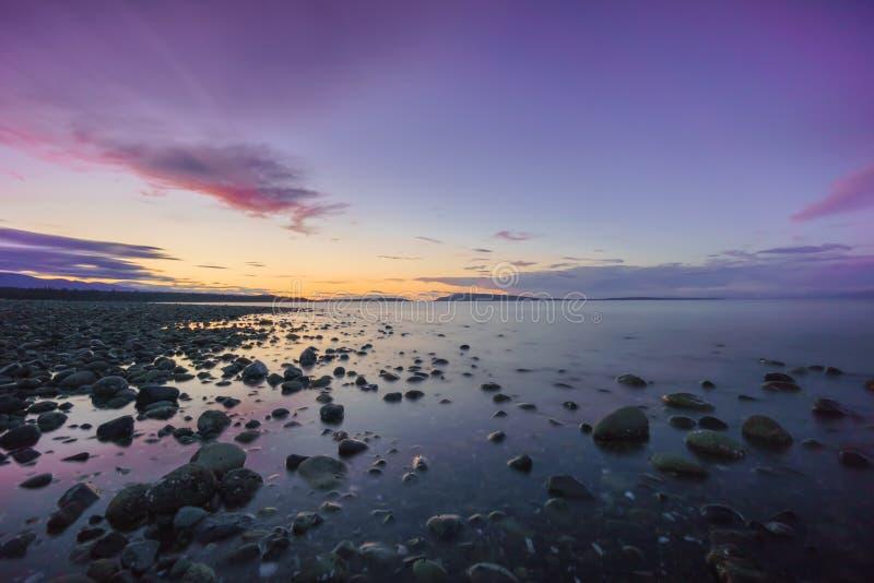 Заход солнца пляжа Qualicum стоковые изображения rf