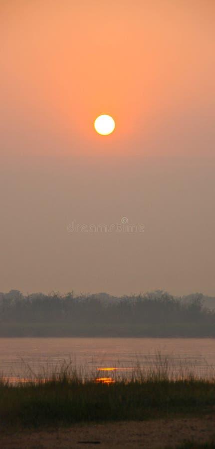 Заход солнца рекой в Африке стоковые изображения rf