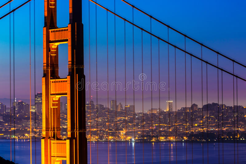 Заход солнца Сан-Франциско моста золотого строба через кабели стоковое изображение rf