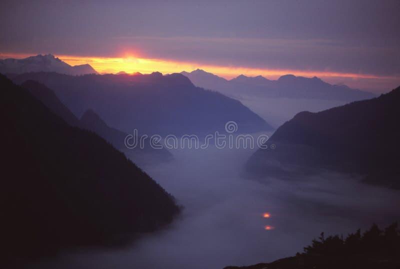 Заход солнца, среднее река каскада вилки стоковые фотографии rf