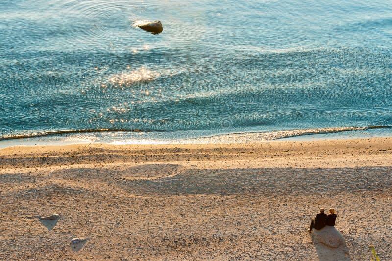 заход солнца старшия пар пляжа стоковые изображения rf