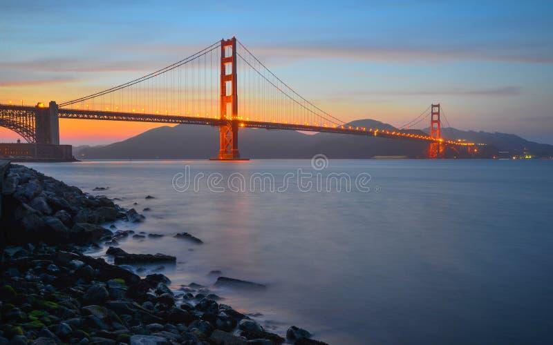 заход солнца строба моста золотистый стоковые изображения rf