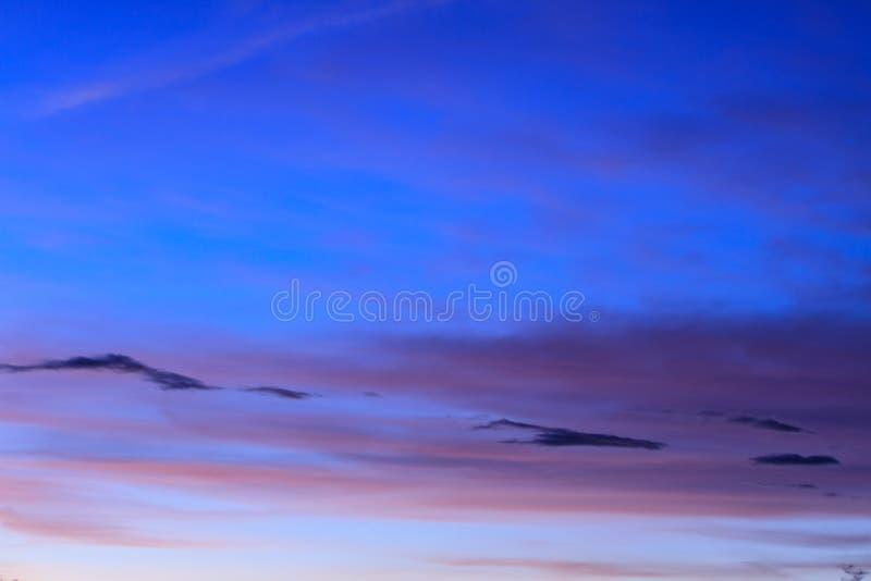 Заход солнца с красивым облаком стоковые фото
