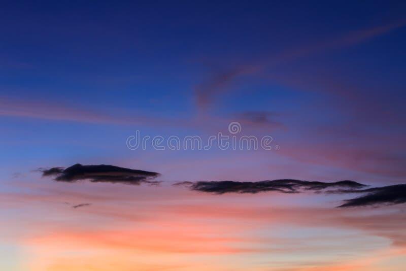 Заход солнца с красивым облаком стоковые фотографии rf