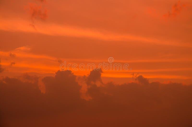 Заход солнца с красивым облаком стоковая фотография