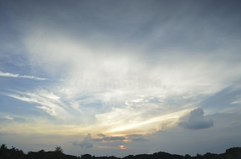 Заход солнца с облаками для предпосылки стоковые фотографии rf