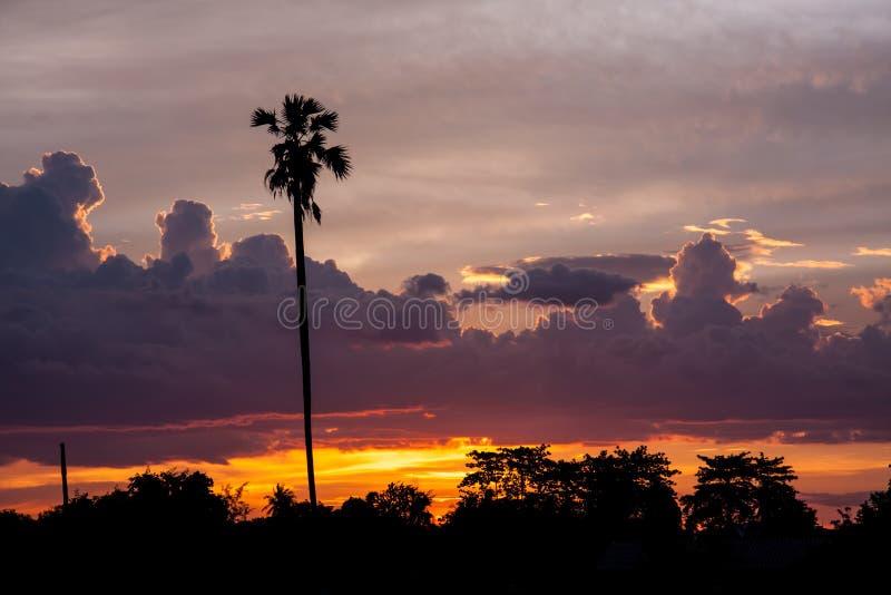Заход солнца с фермой стоковая фотография rf