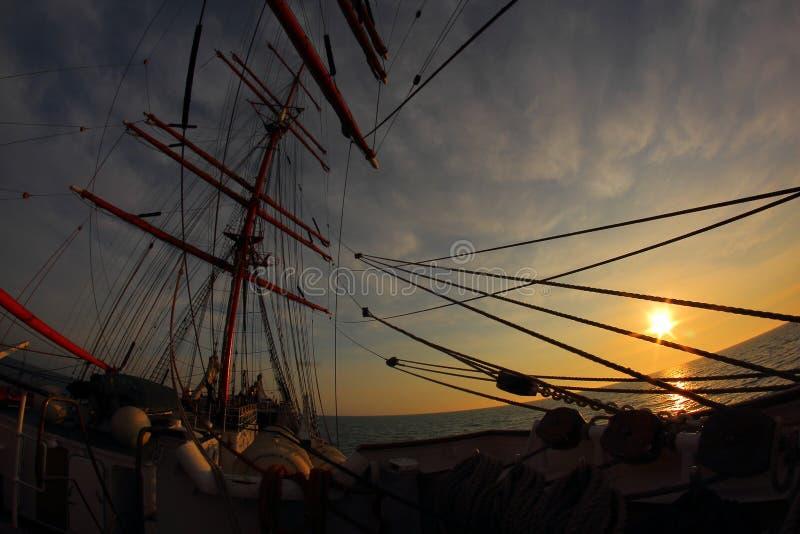Заход солнца через такелажирование парусного судна стоковая фотография