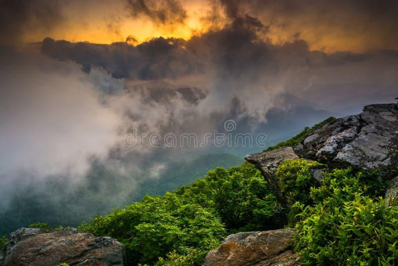 Заход солнца через туман, увиденный от скалистой башенкы, около освобожданной сини стоковая фотография rf