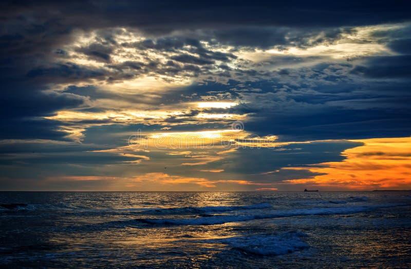Download Заход солнца стоковое фото. изображение насчитывающей напольно - 37927486