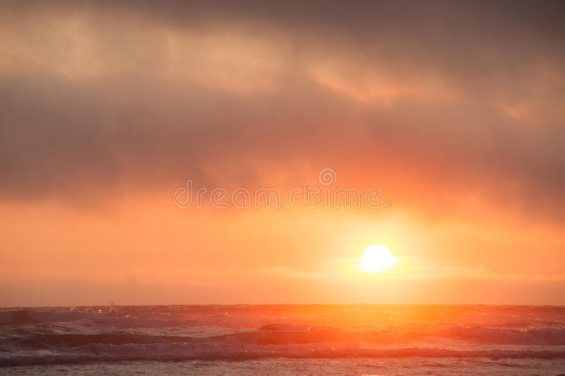 Заход солнца Hazing на пляже Kalaloch стоковые изображения rf