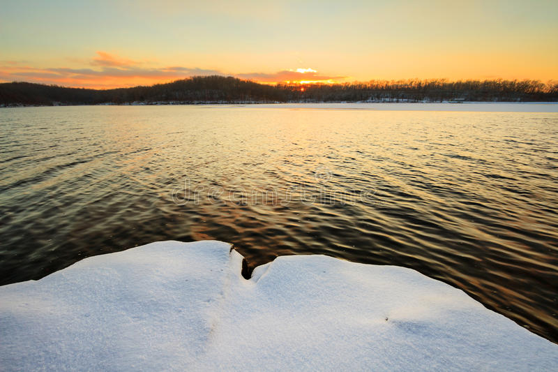 Заход солнца Snowy на озере стоковые фото