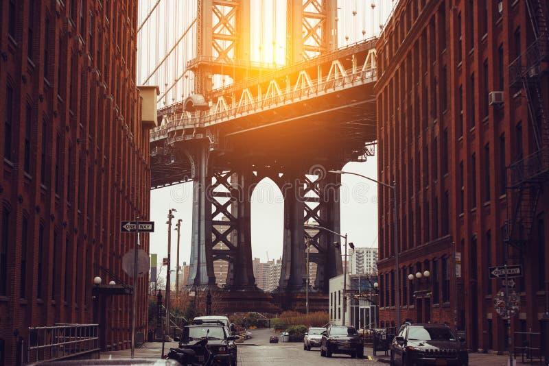 заход солнца york города новый Зона Dumbo с взглядом моста Манхаттана сценарным стоковая фотография