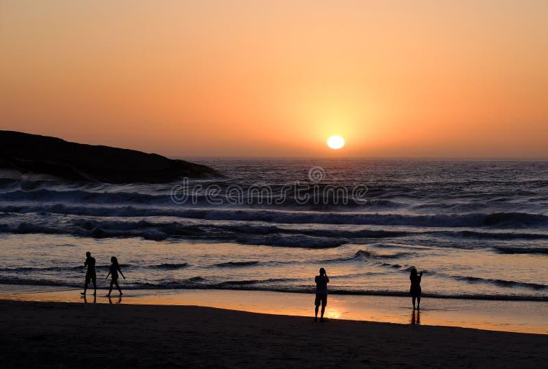 Заходы солнца и Silouetes Кейптауна стоковое фото