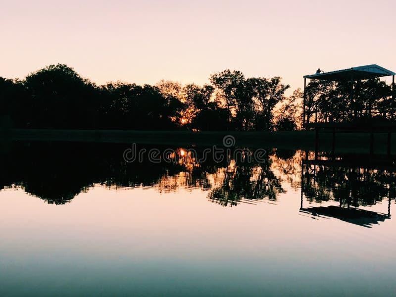 заходы солнца озера стоковое изображение
