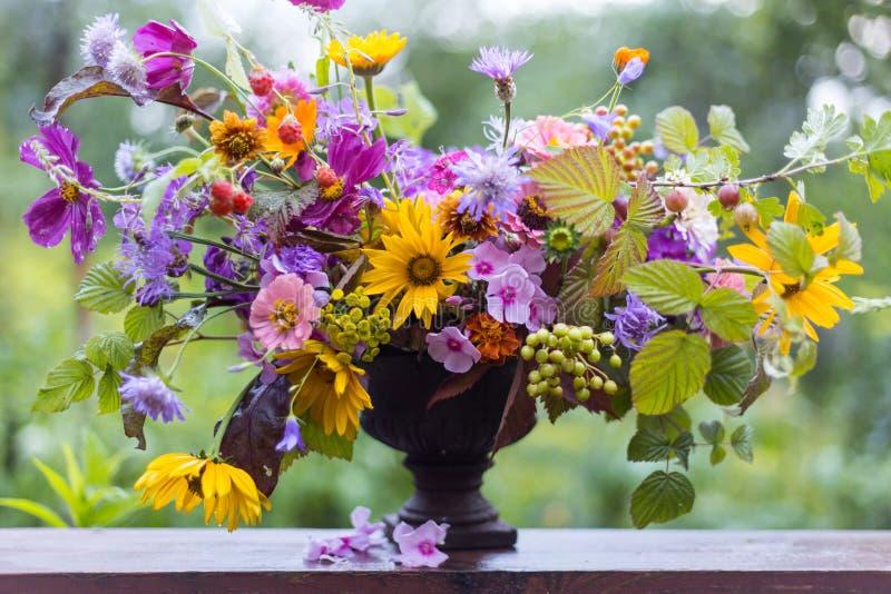 Зацветите букет свадьбы, состав профессиональным дизайном флориста стоковое фото rf