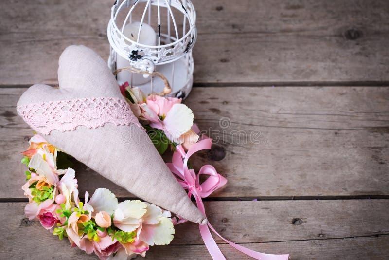 Зацветите венок, декоративное сердце и декоративный фонарик с cand стоковое изображение rf