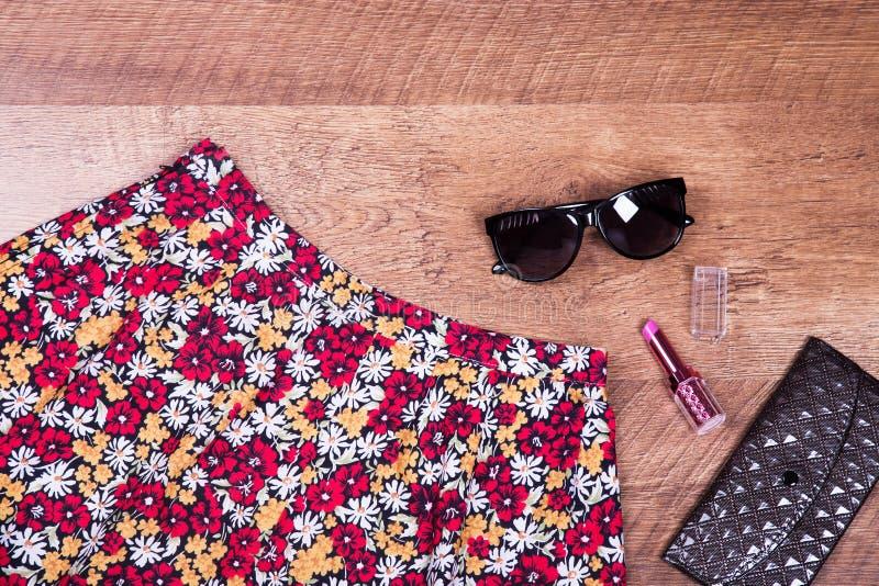 Зацветите юбка, губная помада, стекла, бумажник стоковое фото rf