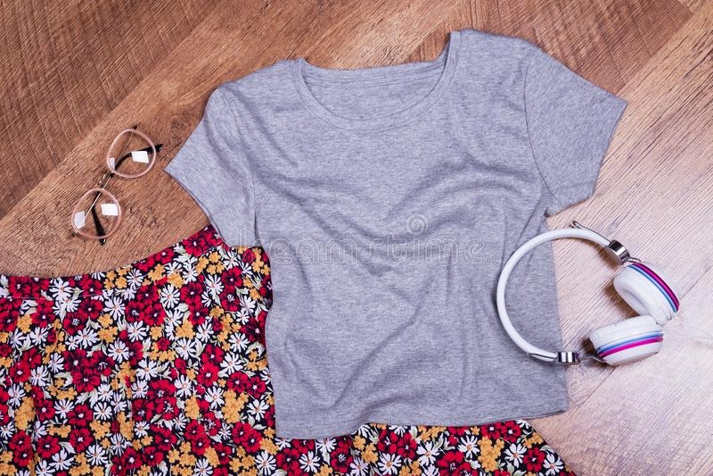 Зацветите юбка, футболка, наушники и стекла стоковые изображения rf