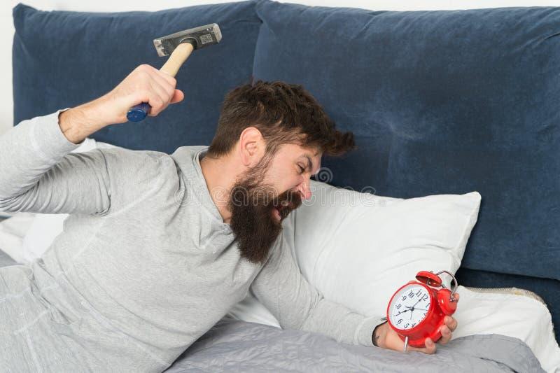 Зацепляйте вверх пропущенный сон во время выходных r Этапы сна Несчастное человека бодрствующее со звенеть будильника стоковое изображение rf