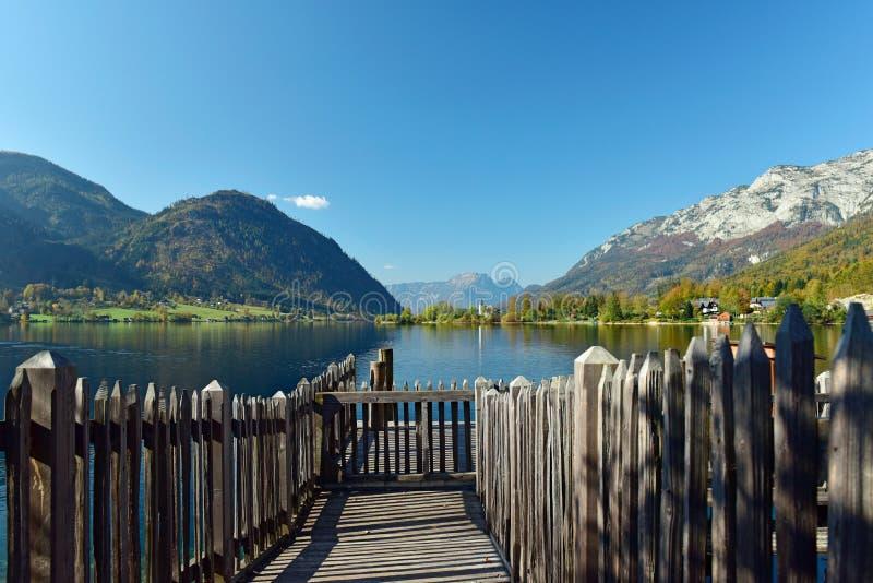 Зачаливание корабля в деревне Goessl на озере Grundlsee Взгляд альп Goessl, Штирия, Австрия стоковые изображения rf