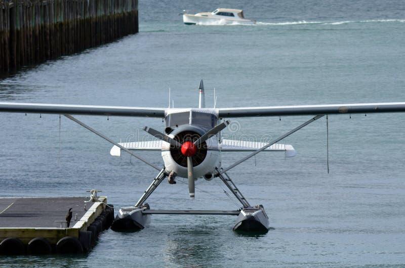 Зачаливание гидросамолета в гавани виадука Aucklnad - Новой Зеландии стоковое изображение