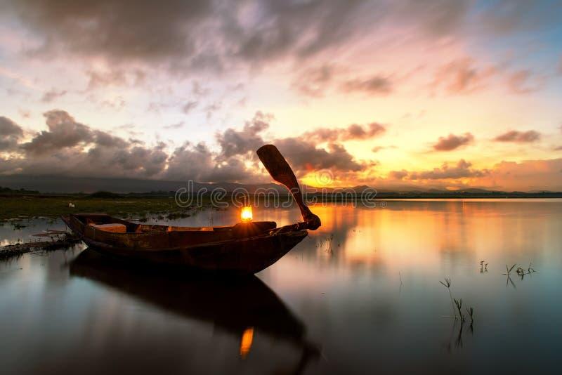 Зачаливание рыбацкой лодки на озере в утре стоковая фотография rf