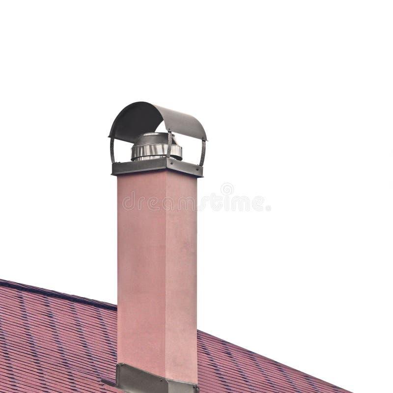 Заштукатуренная печная труба покрашенная Terracota, труба дыма нержавеющей стали, текстура крыши красной плитки, детализированный стоковое фото rf