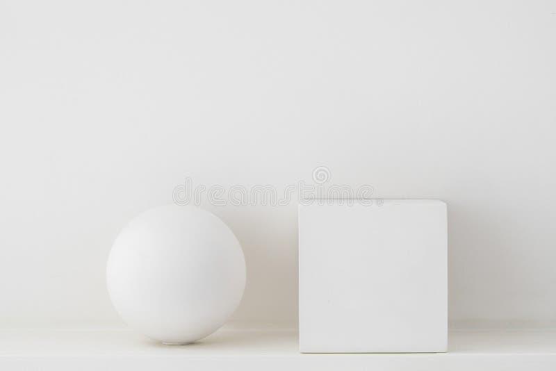 Заштукатурьте геометрические формы, сфера и куб на белой предпосылке стоковые изображения rf