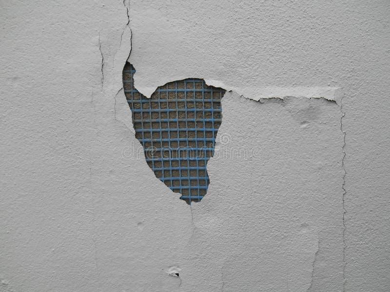 Заштукатурьте стена с пластичным armature, треснутым гипсолитом стоковые изображения