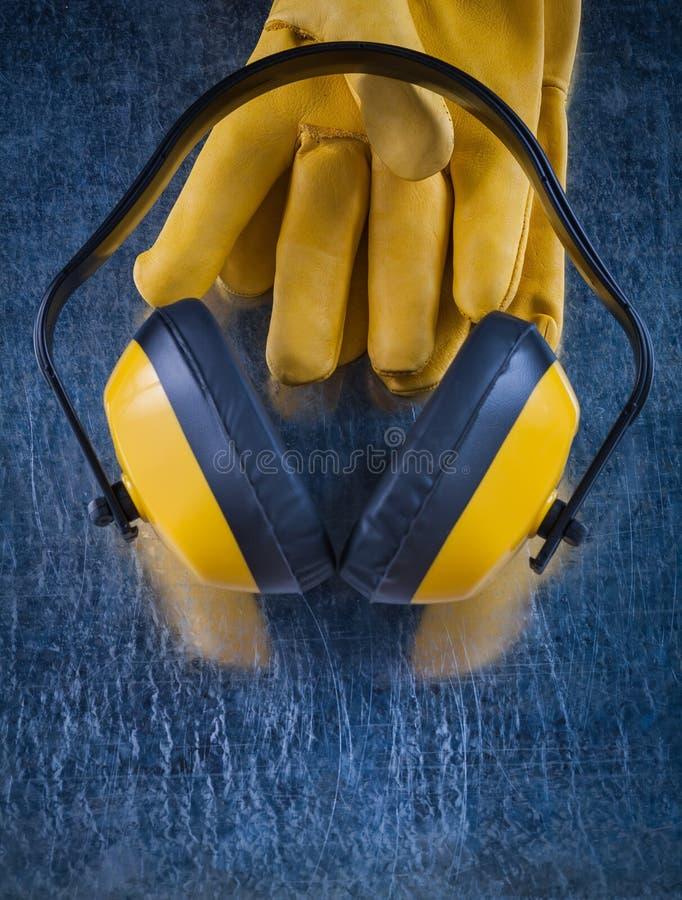 Зашумите халявы уха изоляции и пары кожаных защитных перчаток стоковая фотография rf