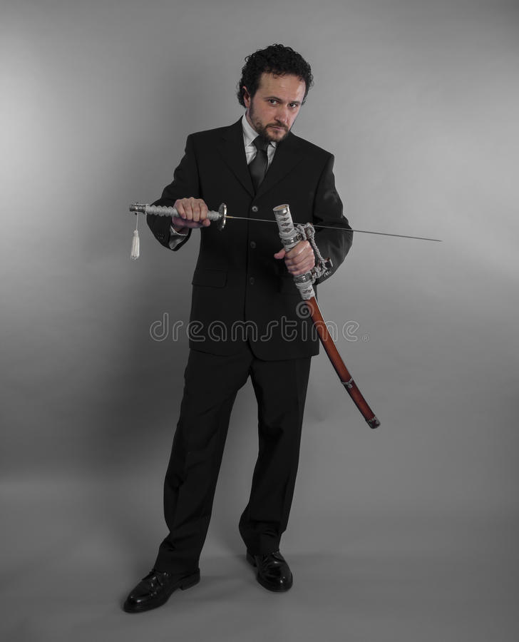 Защита, агрессивный бизнесмен с японскими шпагами внутри defen стоковое фото rf