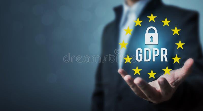 Защита данных регулированное GDPR знака удерживания руки бизнесмена общая стоковые изображения