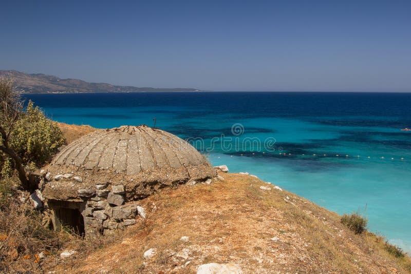 Защитительный бункер на seashore в Албании стоковая фотография